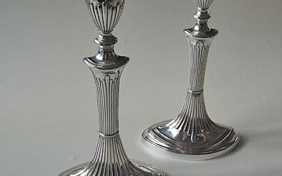 Paar publizierte klassizistische Silber Kerzenleuchter aus Hamburg