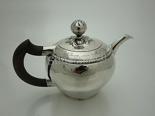 Kleines klassizistisches Teekännchen aus Nürnberg mit Widmung