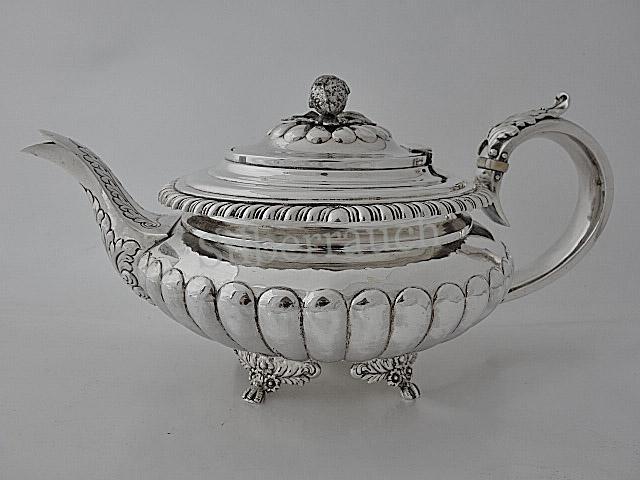 Schwer gearbeitete Teekanne aus Sterlingsilber, London, frühes 19. Jahrhundert